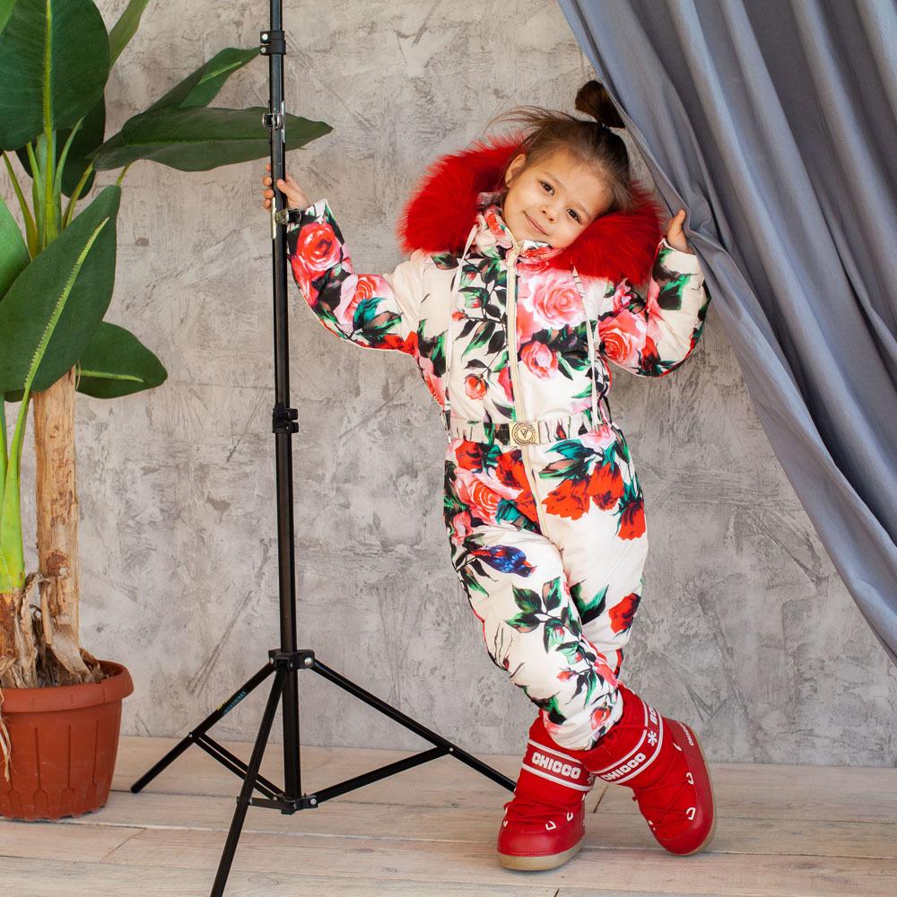 Детский зимний комбинезон с принтом «Розы» и опушкой из натурального меха красного цвета