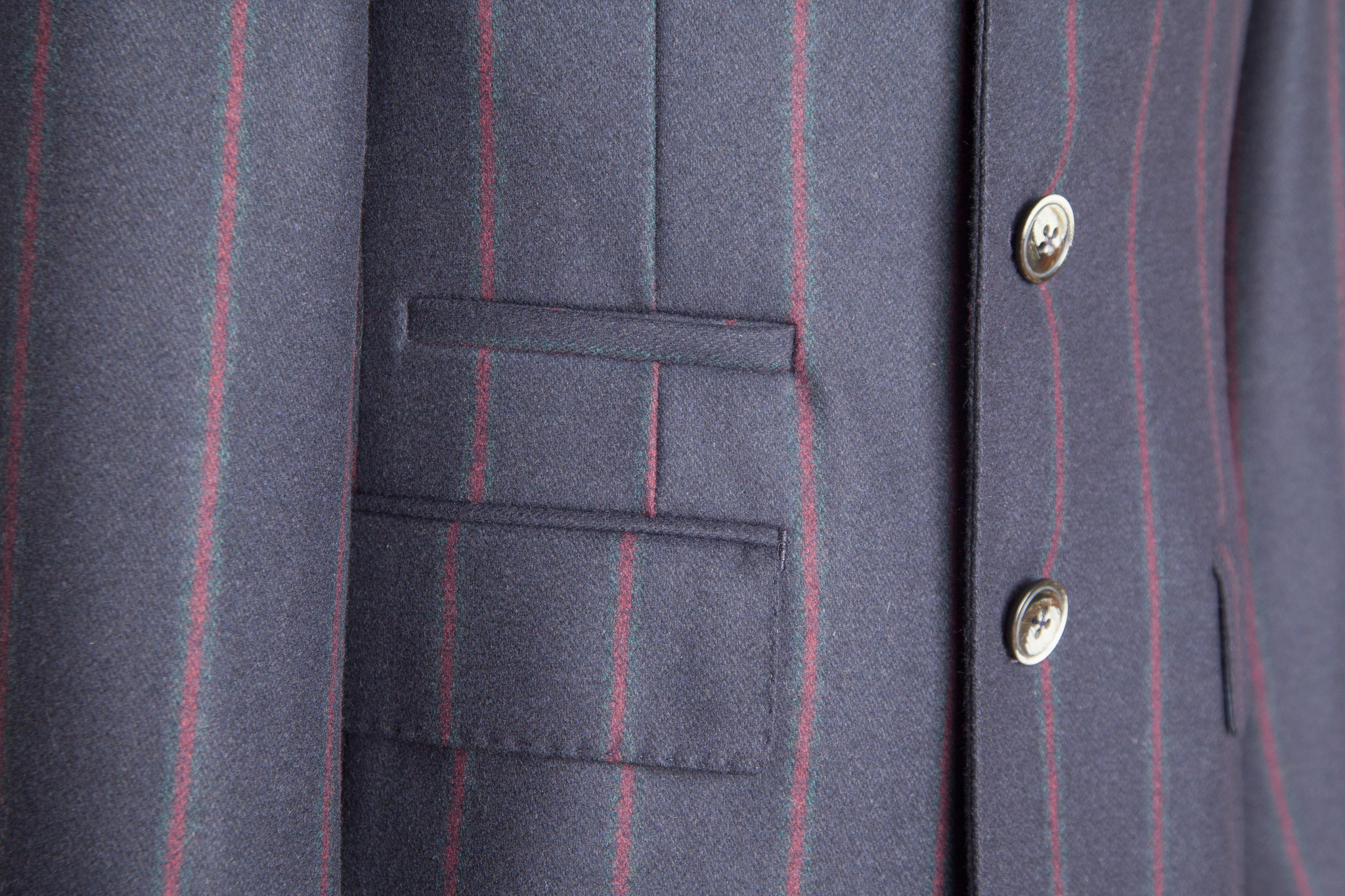 Классическое тёмно-синее шерстяное пальто в красную полоску, накладной карман